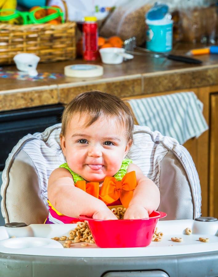 Le bébé mange le petit déjeuner images libres de droits