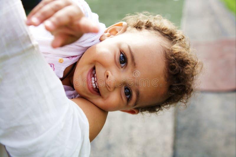 Le bébé mignon sur son `s de mère arme photographie stock