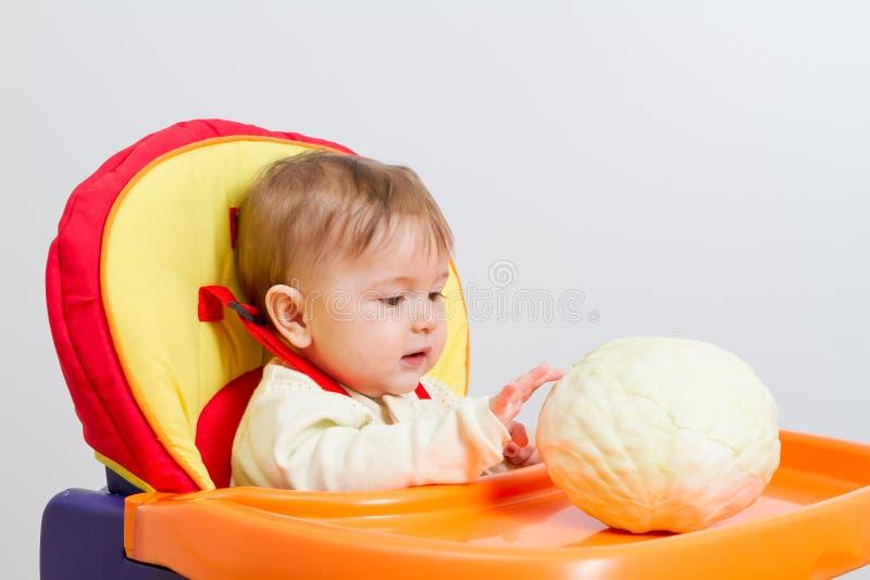 Le bébé s'assied dans le highchair photo libre de droits