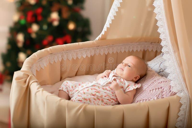 Le bébé se situe dans le berceau 2 mois photographie stock