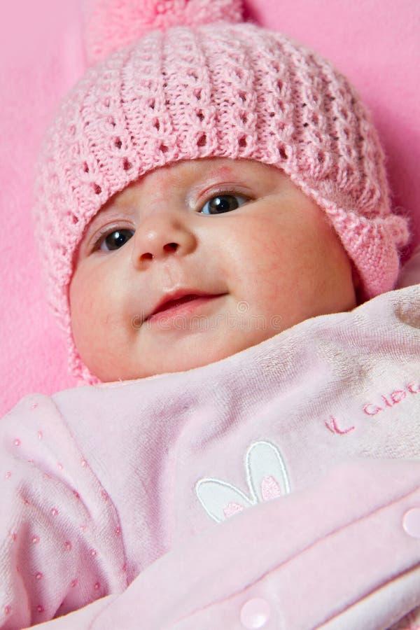 Le bébé utilise un chapeau rose photo stock