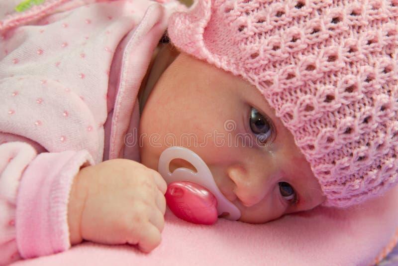 Le bébé utilise un chapeau rose photo libre de droits
