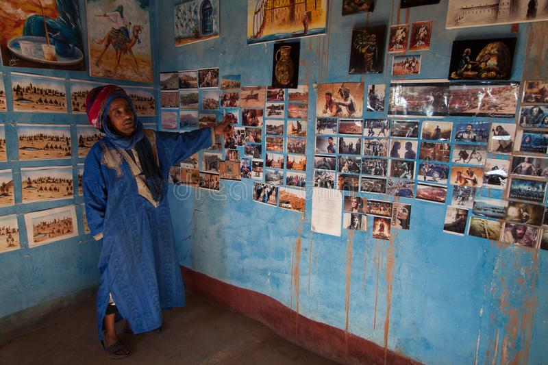 Le bédouin dans le désert montre sa maison photographie stock libre de droits
