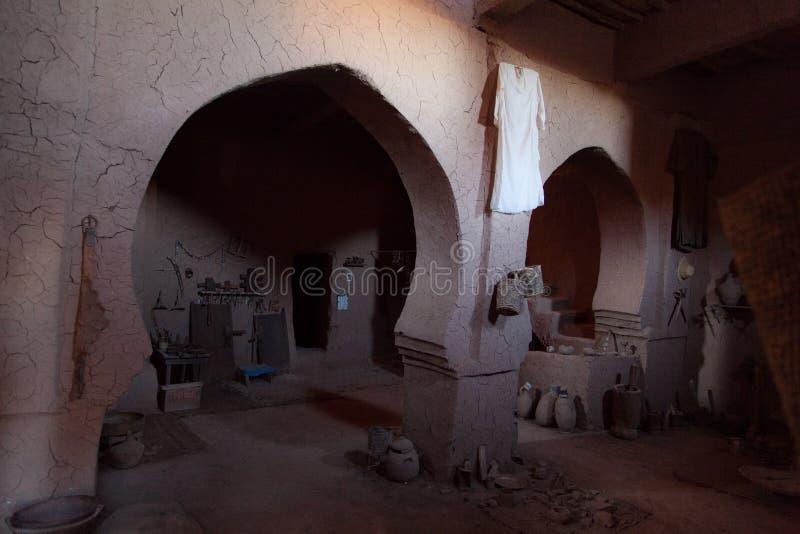 Le bédouin dans le désert montre sa maison photo libre de droits
