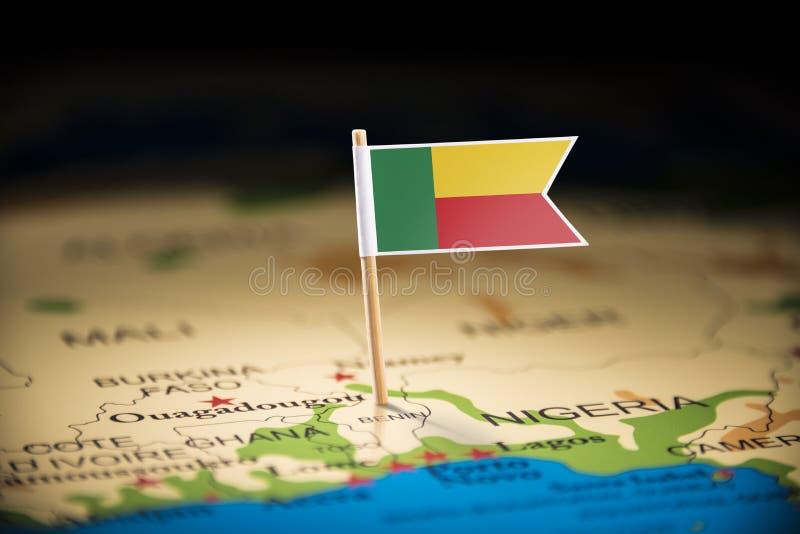 Le Bénin a identifié par un drapeau sur la carte photographie stock