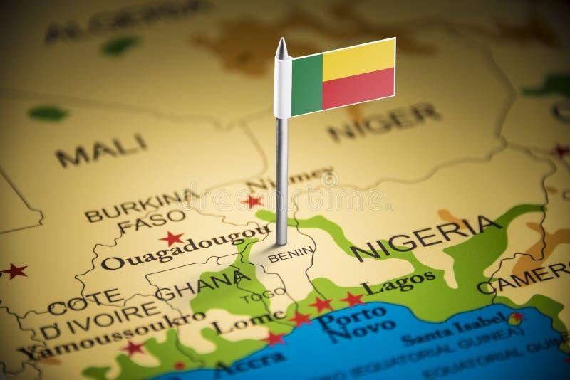 Le Bénin a identifié par un drapeau sur la carte photographie stock libre de droits