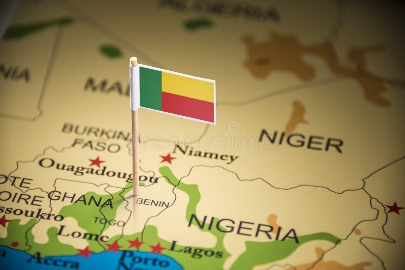 Le Bénin a identifié par un drapeau sur la carte photo stock