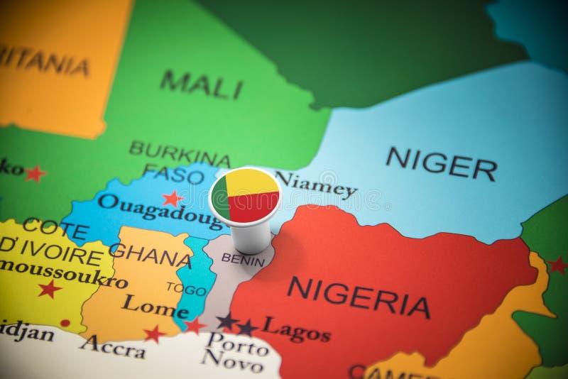 Le Bénin a identifié par un drapeau sur la carte photos stock