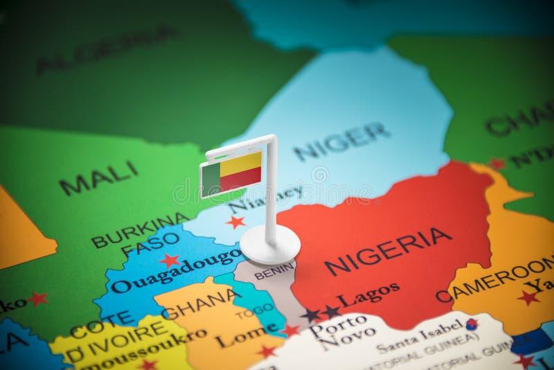 Le Bénin a identifié par un drapeau sur la carte photos libres de droits