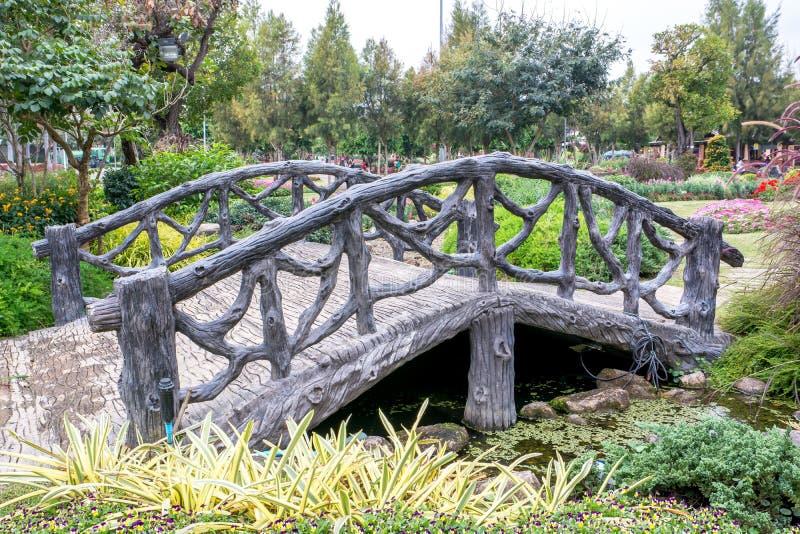 Le béton a arqué le pont dans le ressembler de parc au pont en bois, Cemen photos libres de droits