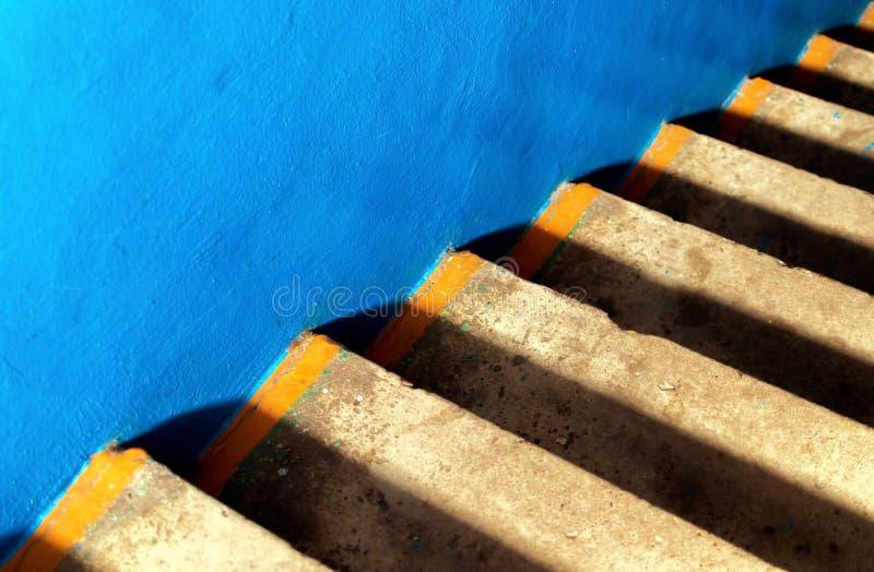 Le béton lisse bleu et les étapes de vieillir le béton jaune crée un ab diagonal photos stock