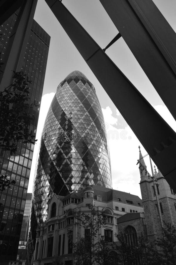 30 le b?timent de St Mary Axe connu sous le nom de cornichon, est un gratte-ciel commercial ? Londres images stock