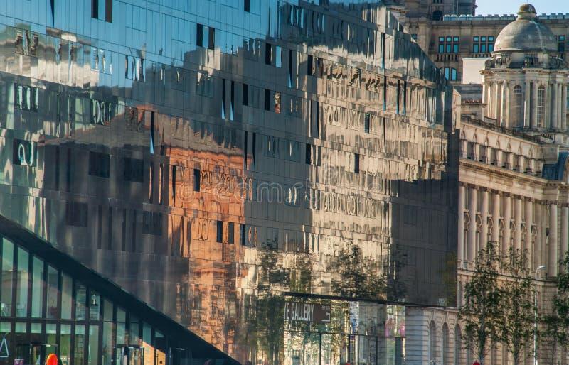 Le b?timent a r?fl?chi sur le mur en verre de fa?ade du b?timent, concept d'architecture images stock