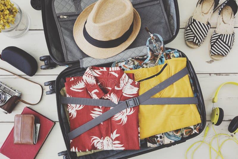Le bagage complètement de tissus pour des vacances image libre de droits