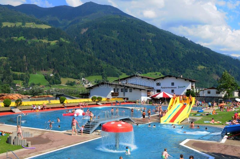 Le bain public dans le village Hochfuegen de Zillertaler photo libre de droits