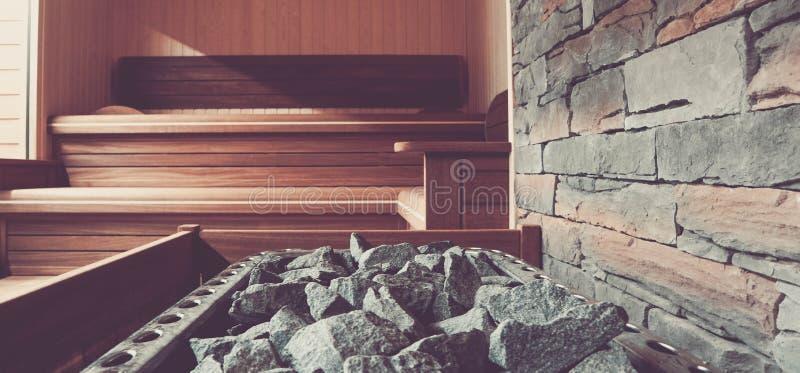 Le bain public en bois avec un pot de chauffage a rempli de pierres, fin  photos libres de droits