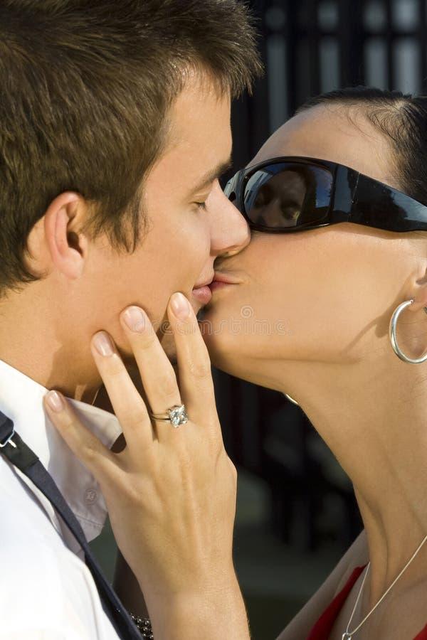 Le baiser de l'amoureux photos libres de droits