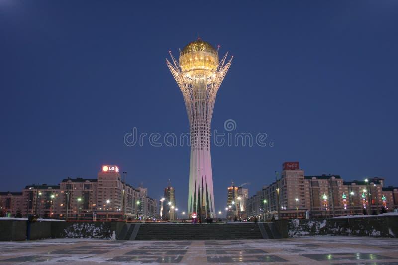 Le Baiterek à Astana la nuit d'hiver image stock