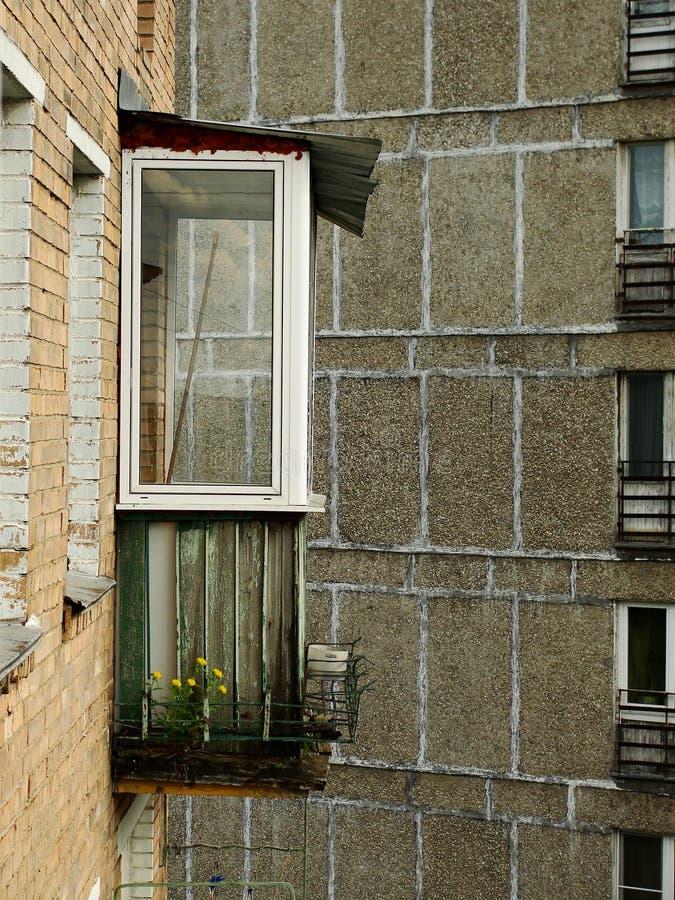 Le balcon du vieil immeuble de neuf ?tages de brique photos stock