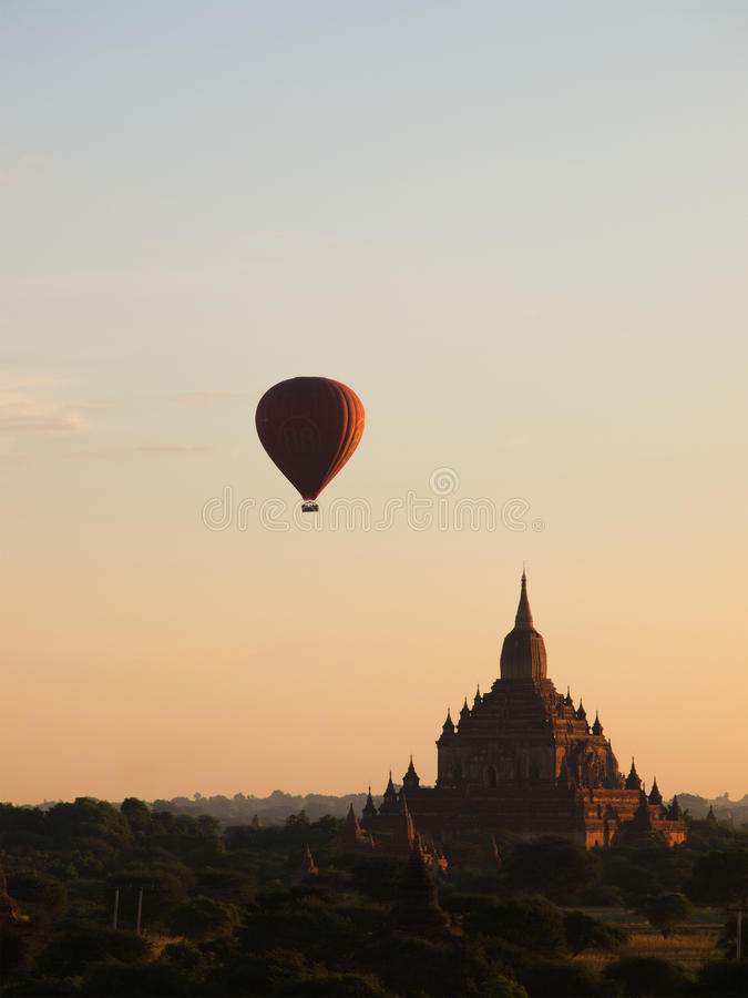 Le ballon à air chaud était au-dessus de plaine de Bagan photo stock