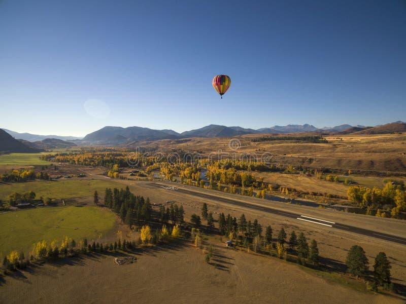 Le ballon à air chaud descend pour un atterrissage Un ballon à air chaud arrive à la fin de lui est vol dans Winthrop, Washington photographie stock libre de droits