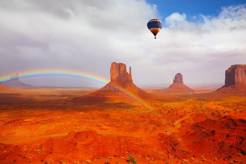 Le ballon énorme vole au-dessus du désert rouge photographie stock libre de droits
