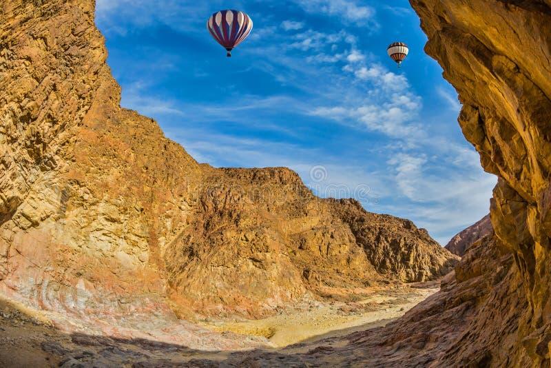 Le ballon au-dessus du désert chaud en janvier photographie stock libre de droits