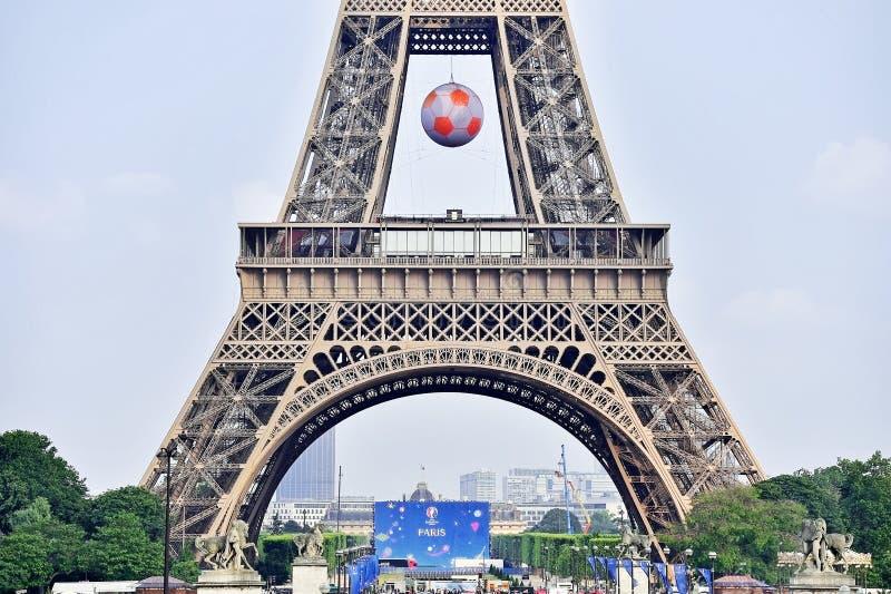 Bien connu Le Ballon De Football Géant A Suspendu Sur Tour Eiffel Pendant L  IL18