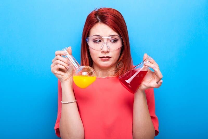 Le ballot a confondu la femme de scientifique portant les verres protecteurs et le HOL images libres de droits