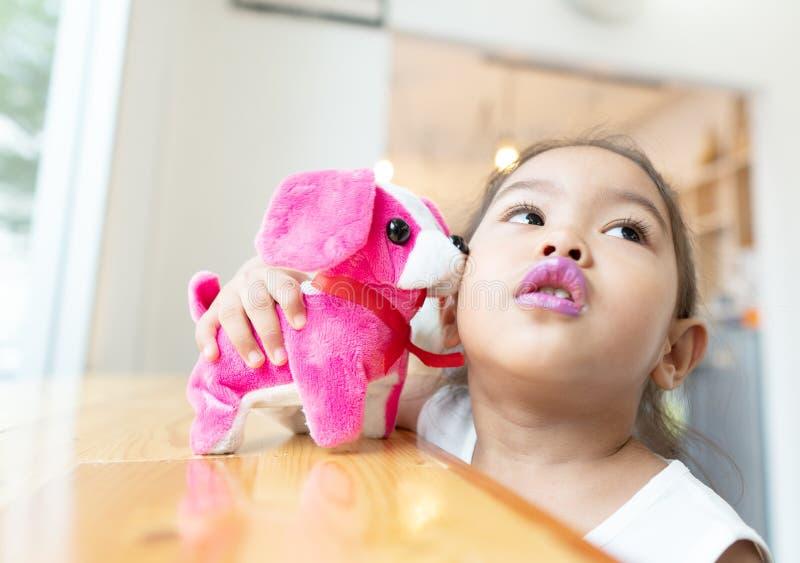 Le bambine sono felici di giocare le bambole del cane immagine stock libera da diritti