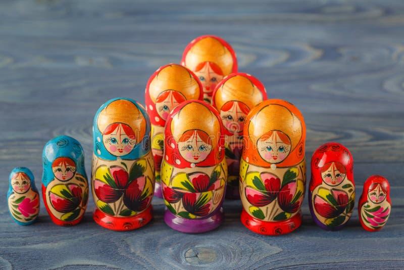 Le bambole russe variopinte Matreshka Babushka di incastramento sono la maggior parte del Popul immagine stock