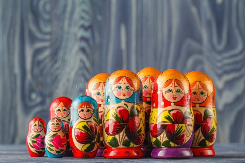 Le bambole russe variopinte Matreshka Babushka di incastramento sono la maggior parte del Popul fotografie stock