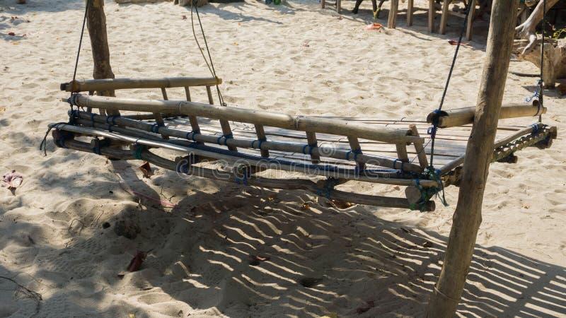 Le bambou en bois de télésiège traditionnel pour détendent dans les vacances sur la plage de sable dans le jawa de karimun image libre de droits