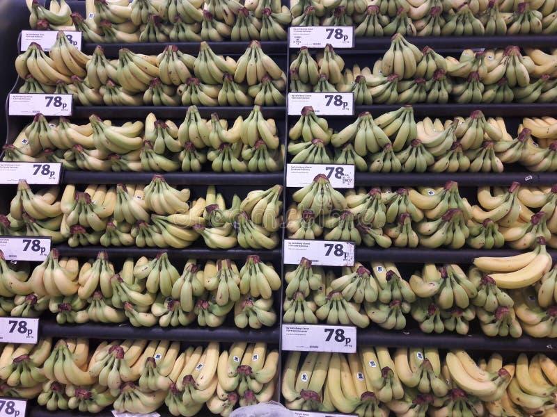 Le banane aspettano per la vendita in un supermercato fotografia stock