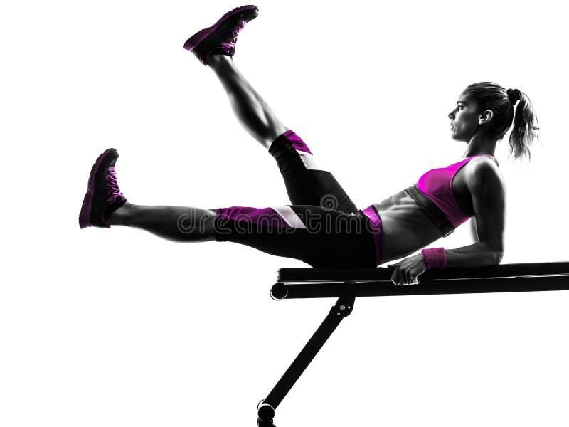Le banc à presse de forme physique de femme craque des exercices photographie stock