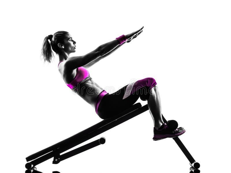 Le banc à presse de forme physique de femme craque des exercices photo stock