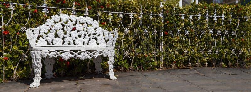 Le banc en métal, bâti, se tient près de la barrière en métal en Trinidad Cuba Panorama photographie stock libre de droits