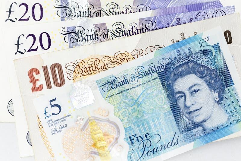 Le banconote di valuta si sono sparse attraverso di sterlina britannica della struttura in varia denominazione fotografia stock libera da diritti