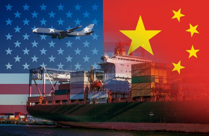 Le bandiere americane e cinesi imposte sopra i container ad un porto con un aereo che sorvola rappresentando commercio fra immagine stock