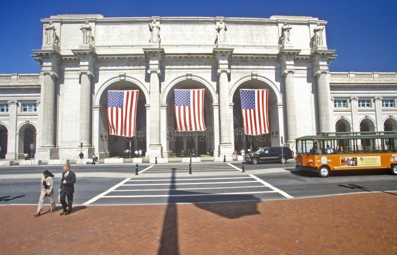 Le bandiere americane volano alla stazione del sindacato, Washington, DC immagini stock libere da diritti