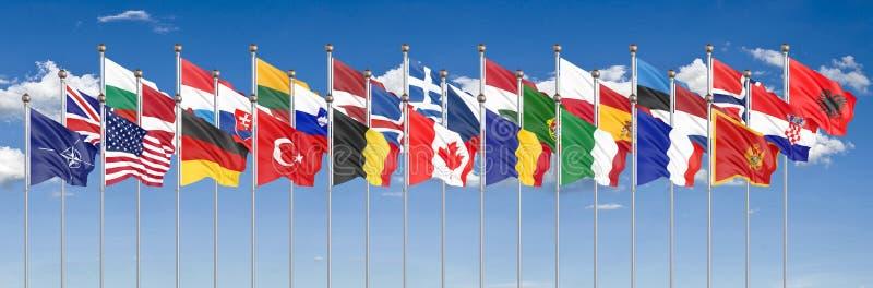 Le 28 bandiere d'ondeggiamento dei paesi del NATO - Trattato del Nord Atlantico Isolato sul fondo del cielo - illustrazione 3D royalty illustrazione gratis