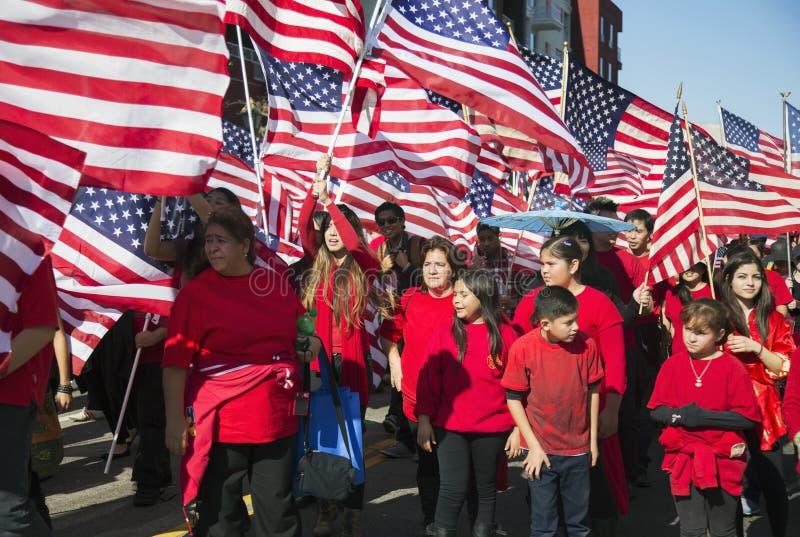 Le Bandiere Degli Stati Uniti Come Bambini Celebrano Il ...