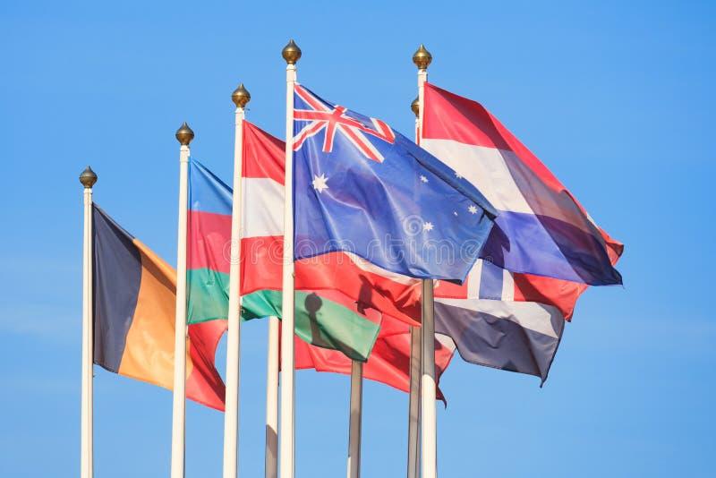 Le bandiere dei paesi differenti fluttua nel vento fotografia stock