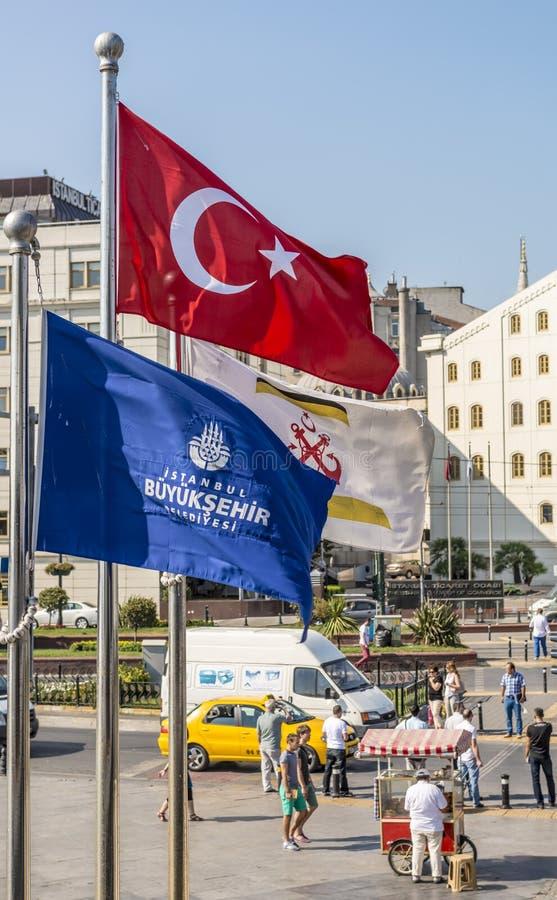 Le bandiere della Turchia e di Costantinopoli sui precedenti delle vie della città fotografia stock