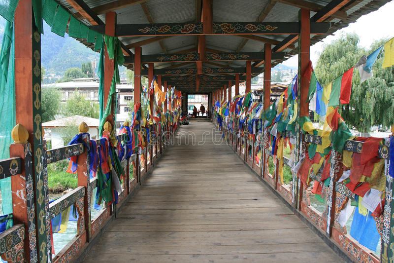 Le bandiere di preghiera sono state appese sulle rotaie di un ponte a Thimphu (Bhutan) fotografie stock