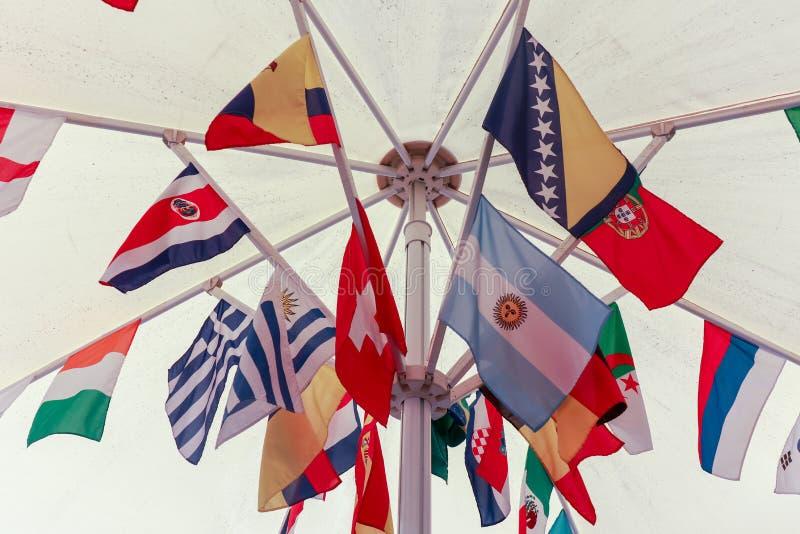 Le bandiere internazionali hanno raggruppato fotografia stock