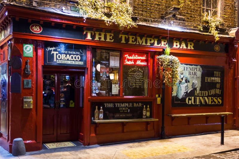 Le bar de temple la nuit. Pub irlandais. Dublin photographie stock