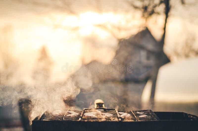 Le barbecue à préparer sur l'arrière-cour/barbecue préparent dans l'extérieur photo libre de droits