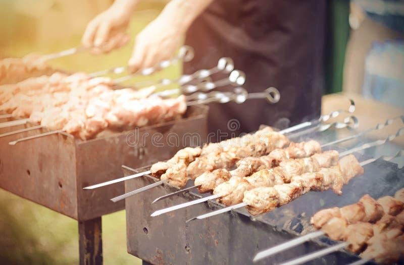 Le barbecue avec des épices est fait frire sur le gril photo libre de droits