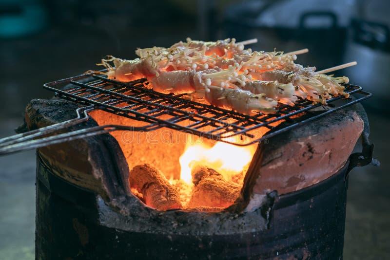 Le barbecue de lard a grillé des champignons sur le gril en acier image stock